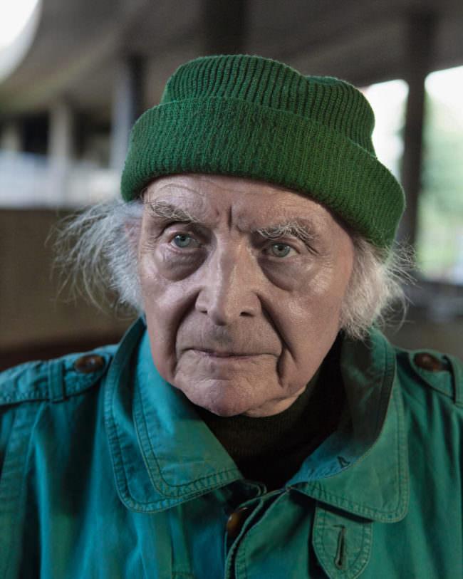 Älterer Herr mit grüner Mütze