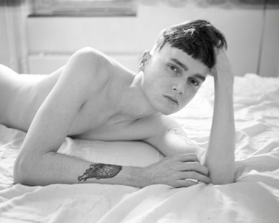 Ein junger Mann auf einem Bett