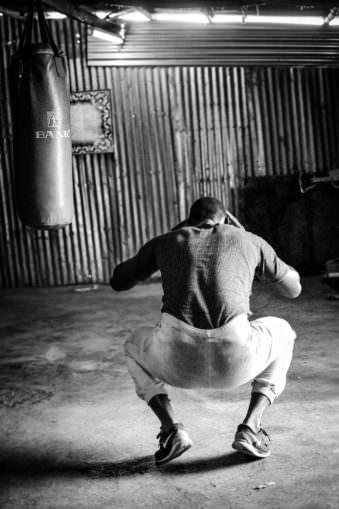 Ein Boxer traniert in der Hocke