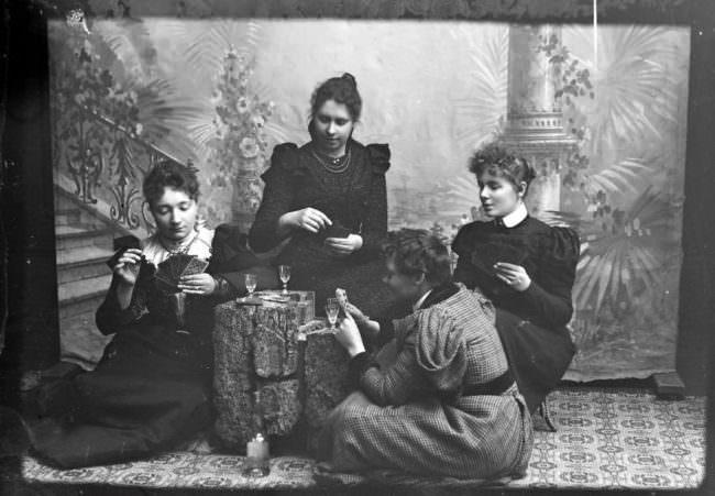 Frauen spielen Karten