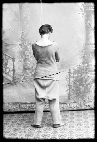Frau mit Unterwäsche von hinten