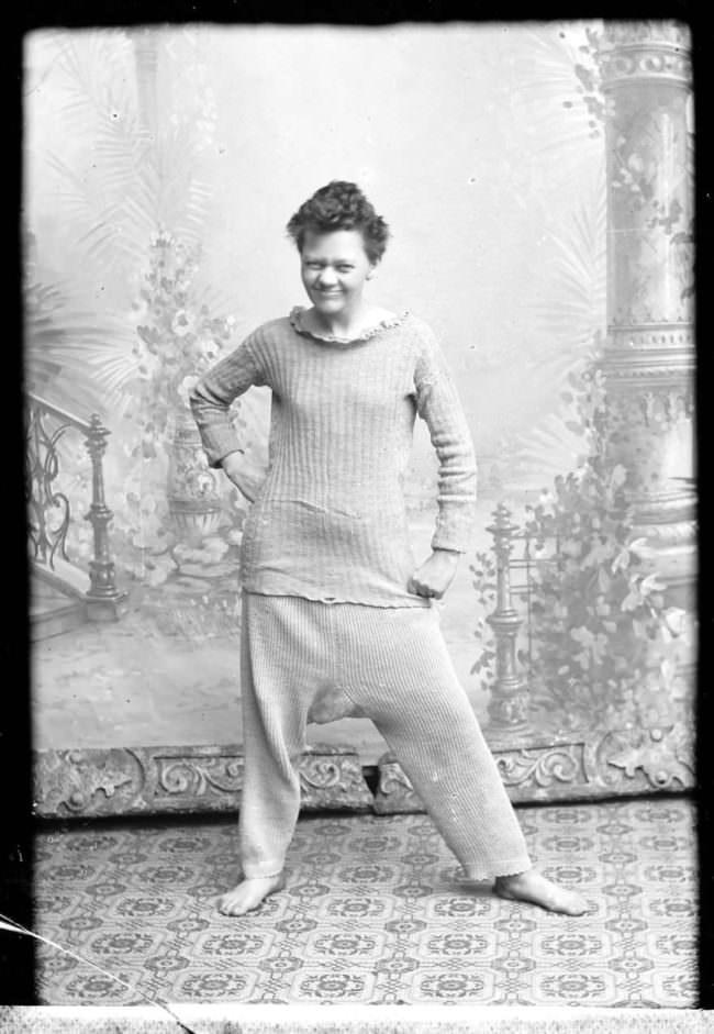 Frau in Baumwollunterwäsche lacht.