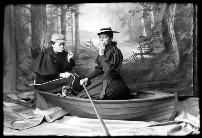Frauen als Männer verkleidet in einem Boot