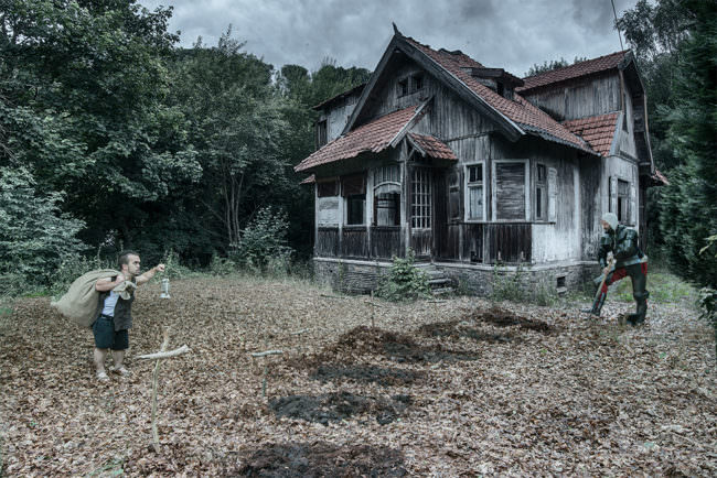 Ritter und Zwerg vor einem alten Haus im Wald