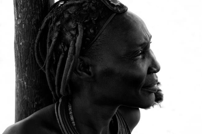 Eine Frau vor weißem Hintergrund