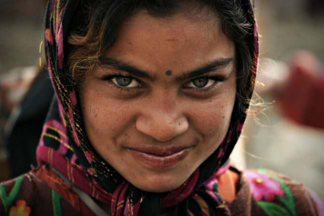 Ein junges Mädchen mit Punkt zwischen den Augenbrauen