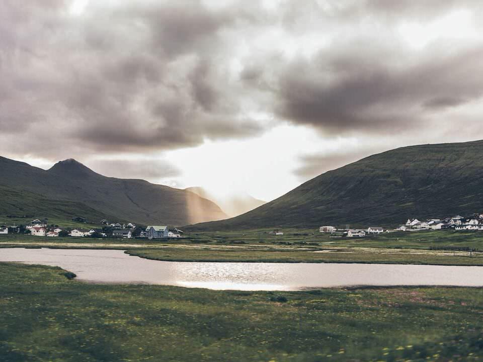 Dorf in karger Landschaft