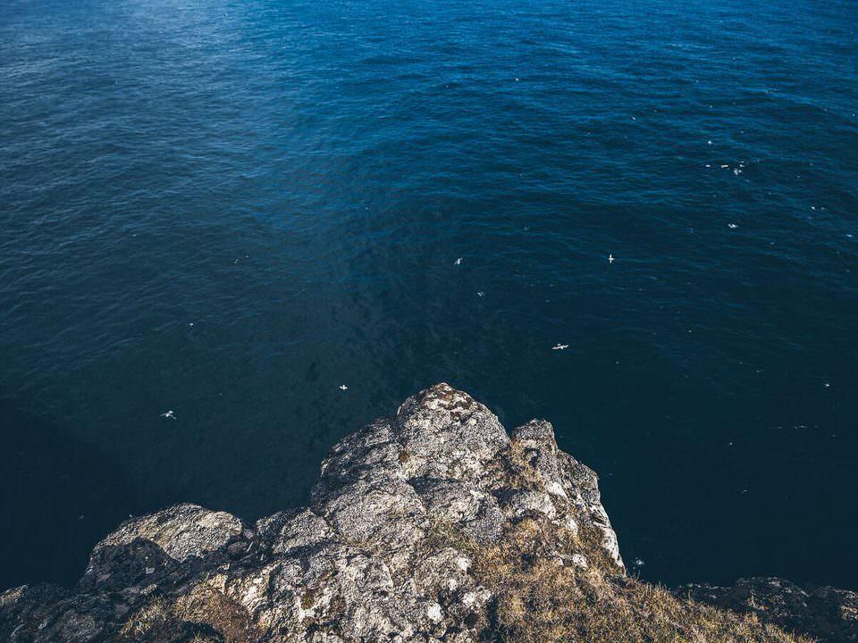 Blick von einer Klippe ins Meer
