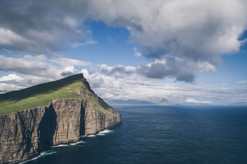 Klippenvorsprung ins Meer
