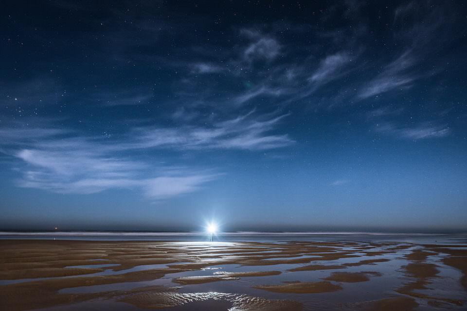 Mond und Wolken über dem Meer