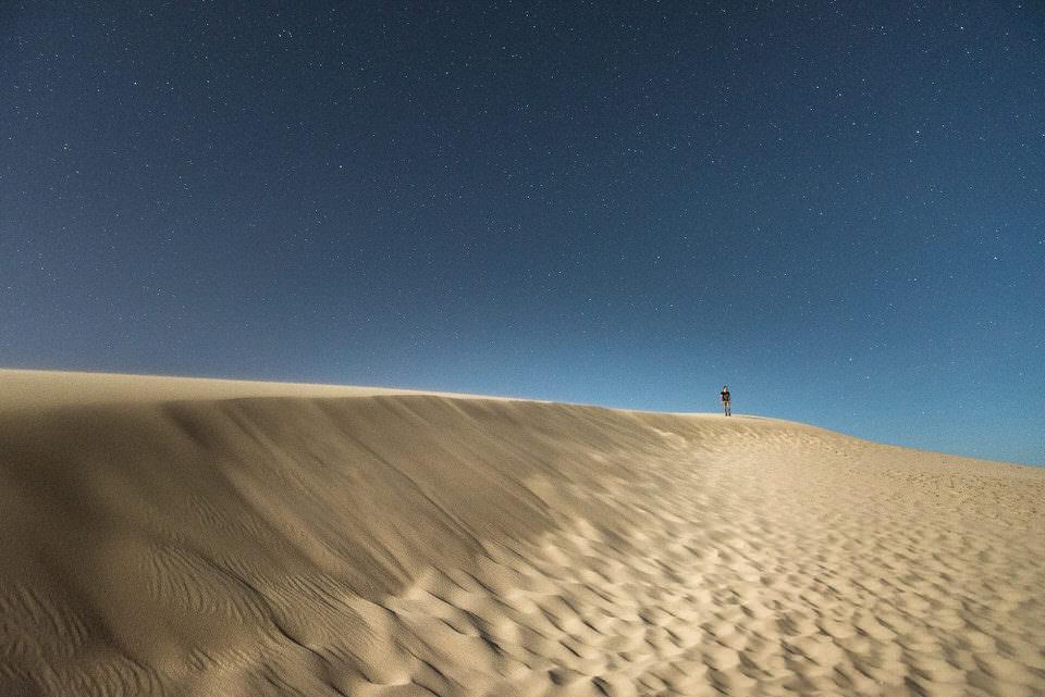 Ein Mann in der Wüste in der Nacht
