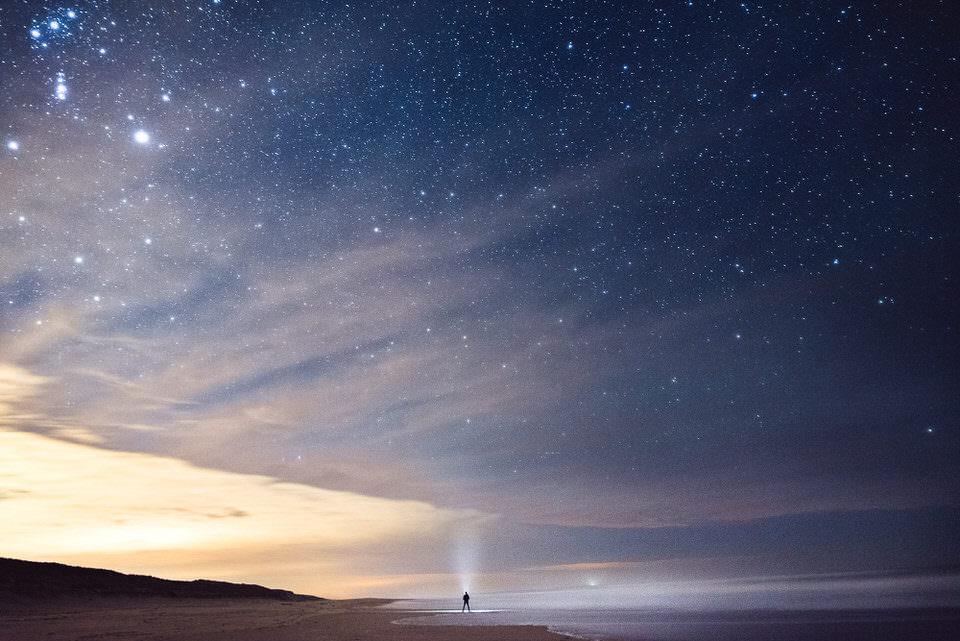 Eine Person unter den Sternen