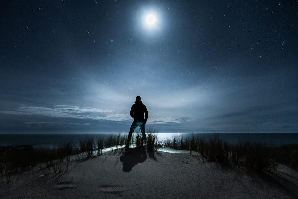 Mann in der Nacht im Monschein