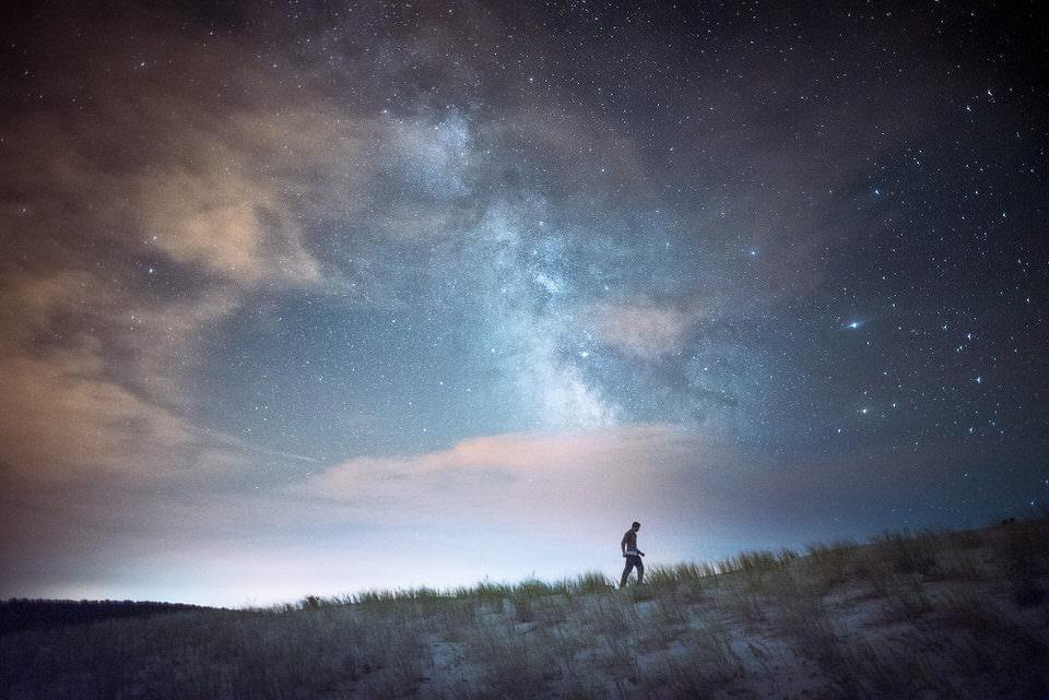 Ein Wanderer unter der Milchstraße