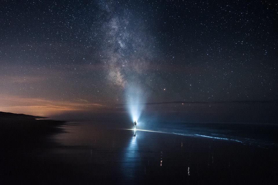Mann nachts unter den Sternen