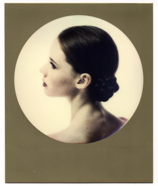 Das Portrait einer Frau mit Dutt.