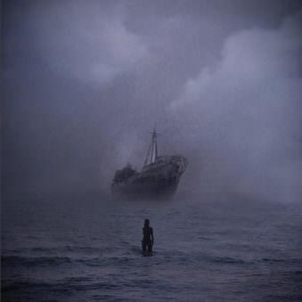 Frau im Ozean für einem großen Schiff