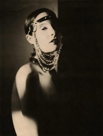 Eine Frau mit Perlen im Gesicht.