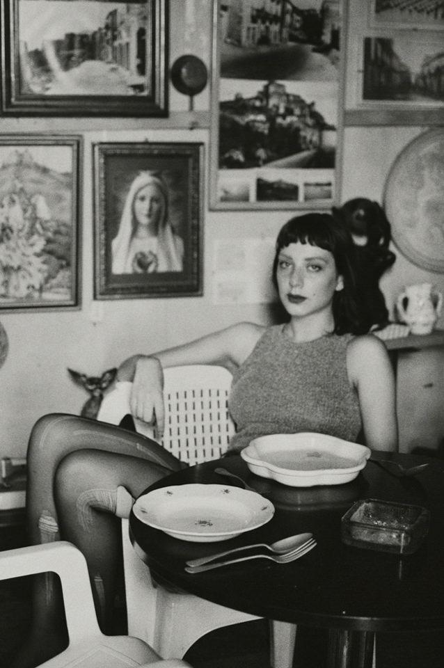 Eine junge Frau sitzt an einem Tisch
