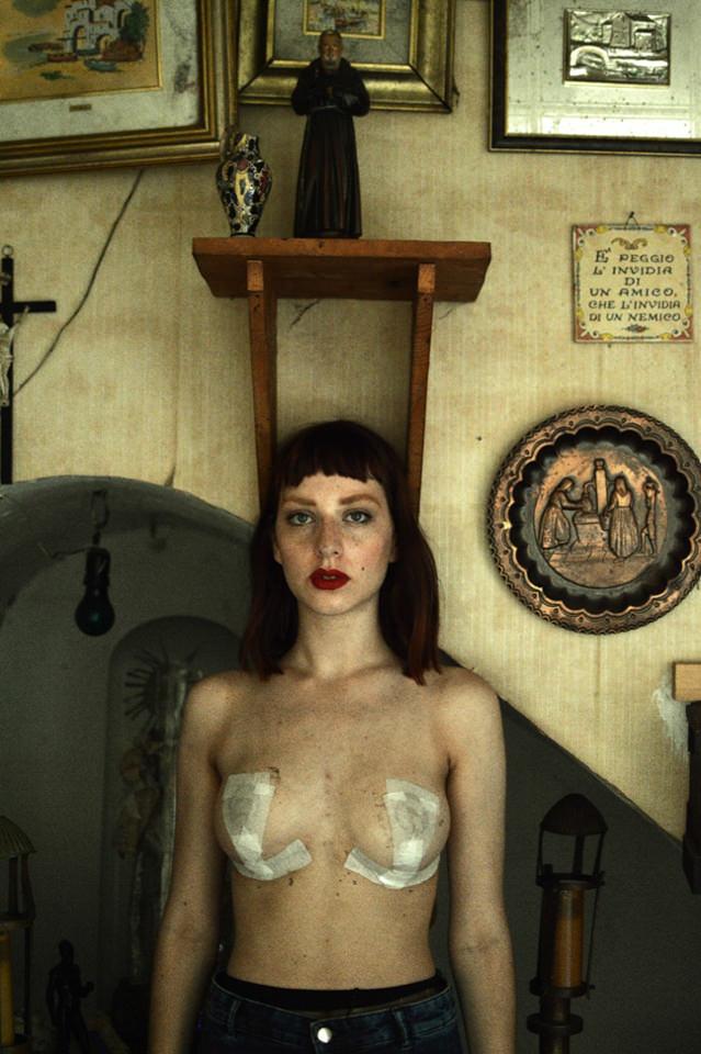 Portrait einer jungen Frau in einem Wohnzimmer.