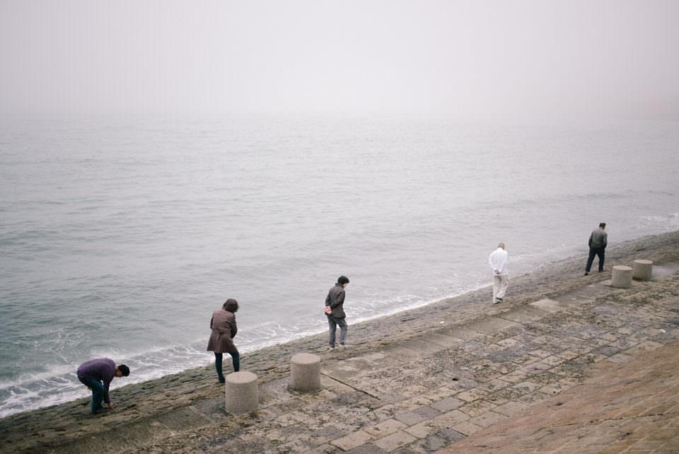 Menschen räumen einen Strand auf