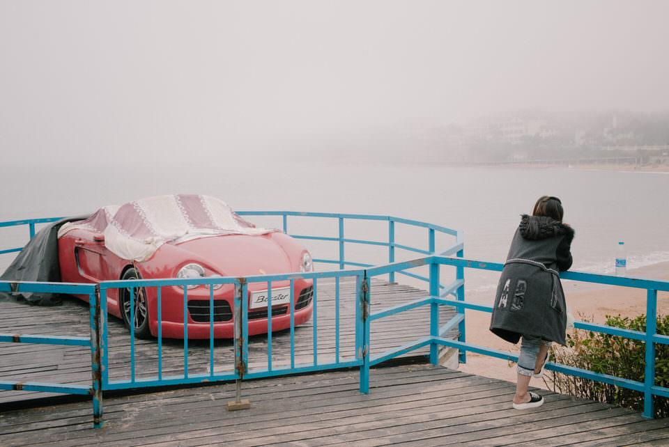 Ein Auto hinter blauem Geländer