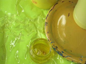 Gelbes Gläschen neben gelben Teller auf Gelber Unterlage.