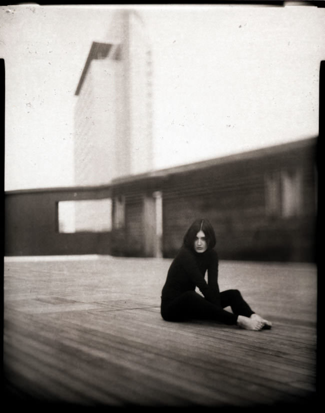 Eine Frau sitzt auf einem Boden