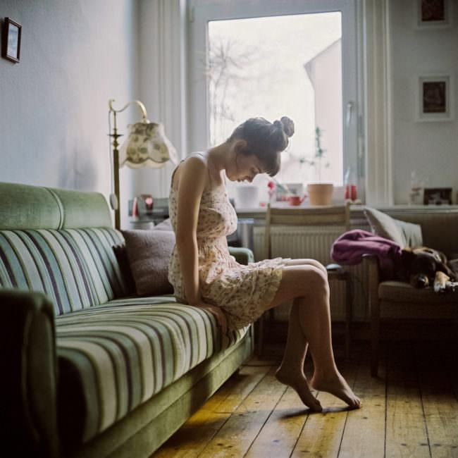 Eine Frau auf einem Sofa