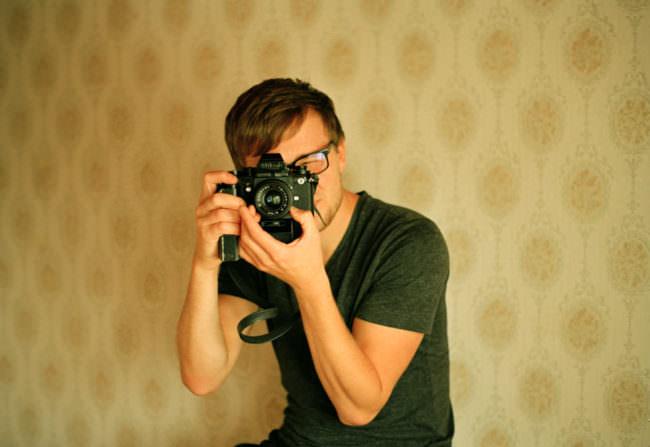 Ein Mann fotografiert