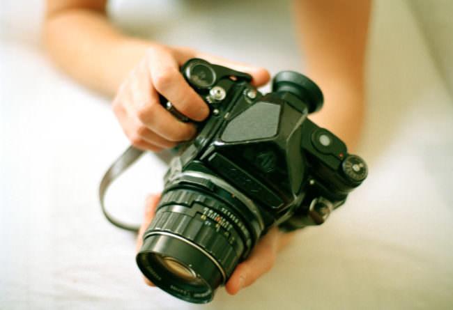Hände mit einer Kamera
