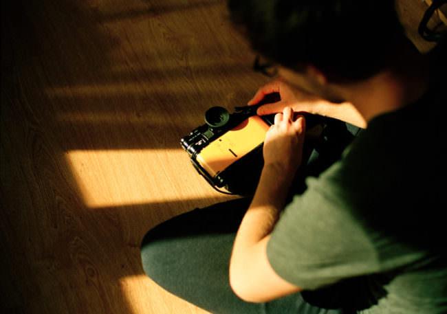 Ein Film wird in einer Kamera gelegt