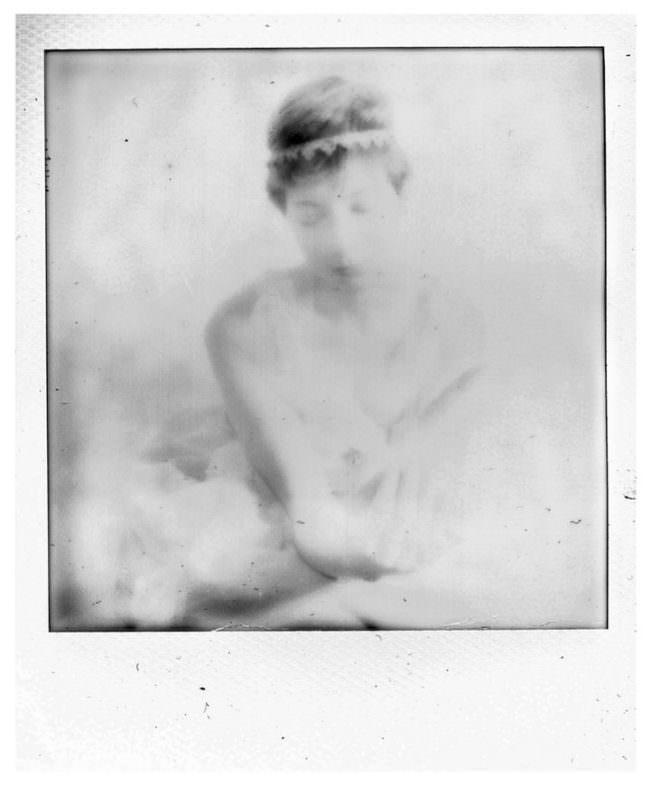 Polaroidbild mit einer schwarzweißen Abbildung einer Frau
