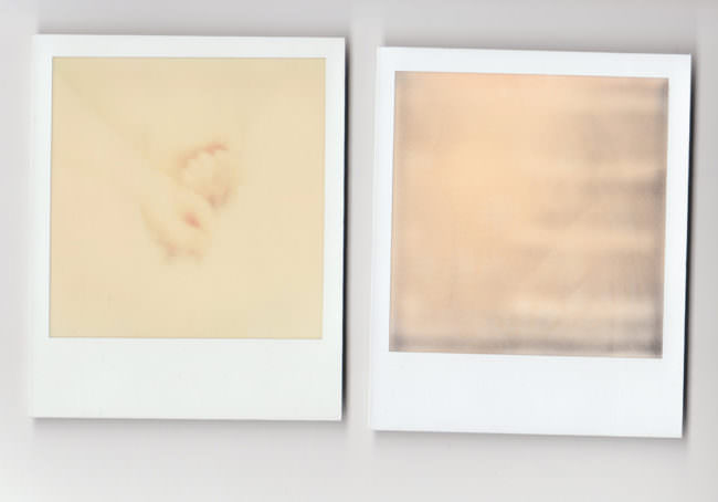Abbildung von zwei Polaroids ohne erkennbaren Bildinhalt
