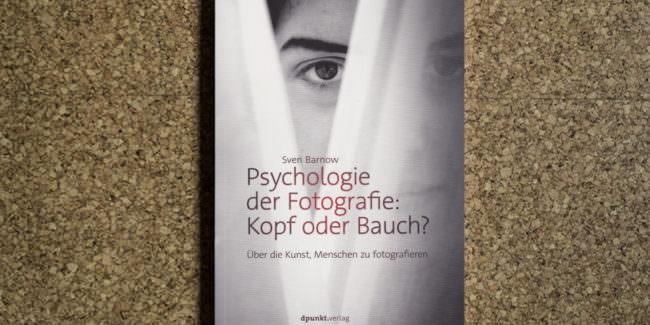 Abbildung eines Buchcovers mit einem verdeckten Gesicht