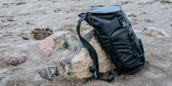 Ein Rucksack lehnt an einem Felsen