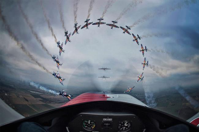 Sequenzaufnahme eines Flugzeuges aus einem Flugzeug heraus