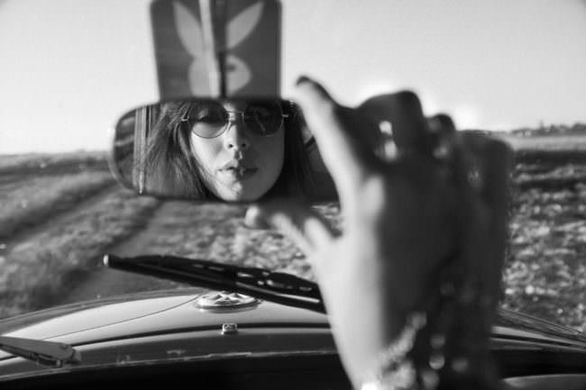 Eine Frau sieht in den Rückspiegel