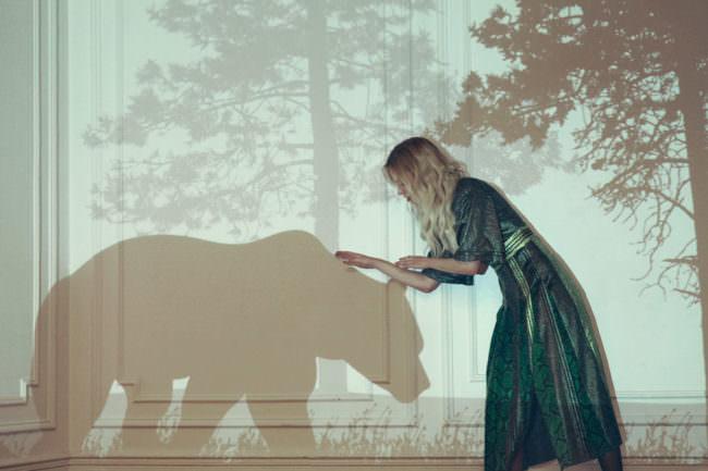 Frau mit Bär als Schatten