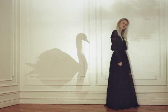Frau mit Schwan als Schatten