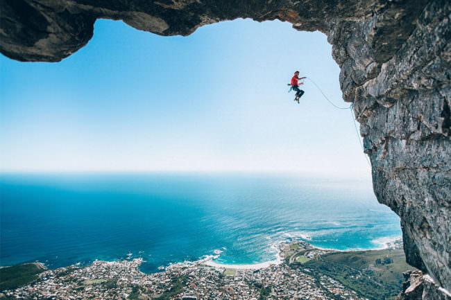 Ein Bergsteiger im Fall