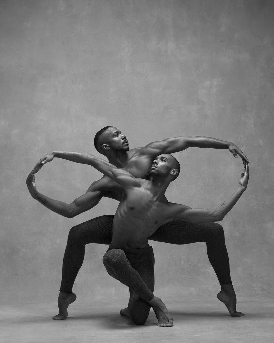 Zwei Männer in Tanzpose