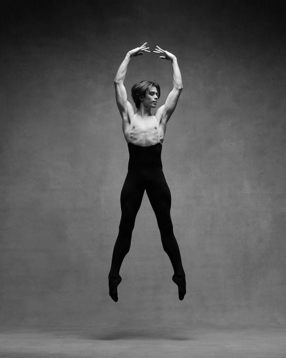 Ein Mann in springt beim Tanzen
