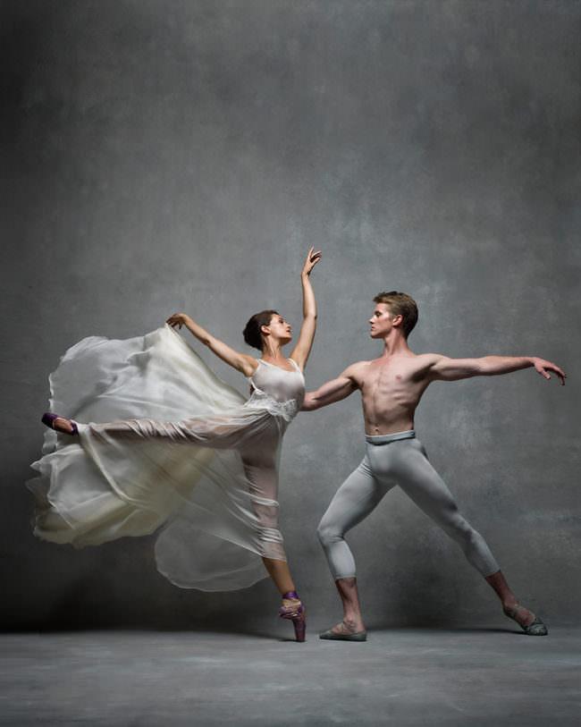 Eine Frau in weißem Kleid und ein Mann tanzen Ballett