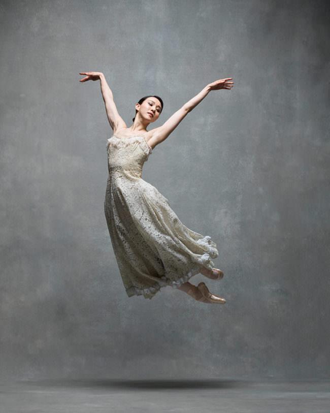 Eine Frau im Sprung