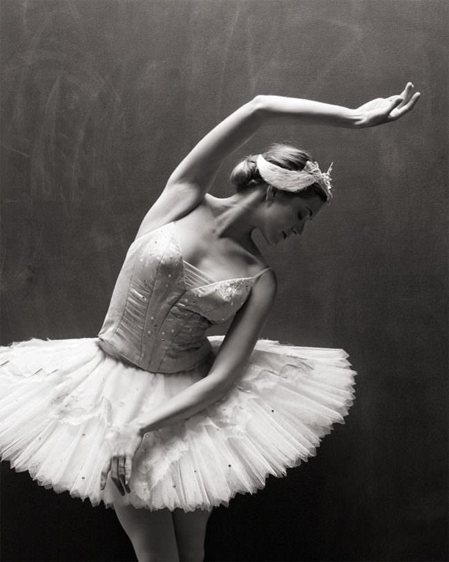 Eine Frau im Tütü tanzt