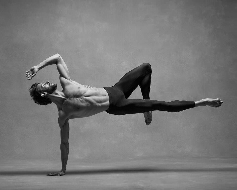 Ein Mann nur auf einem Arm gestützt in graziler Pose