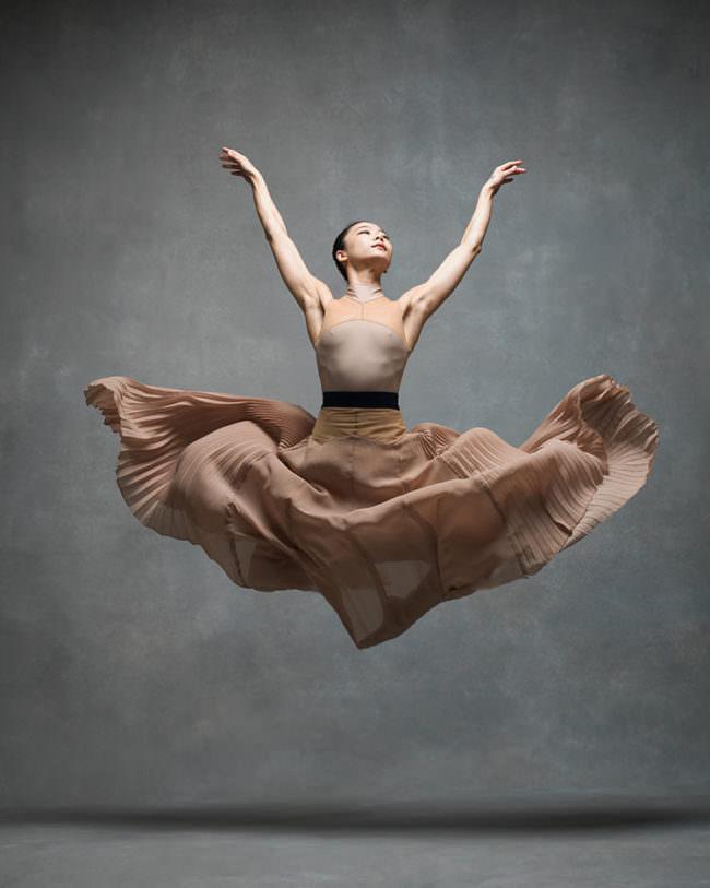 Eine Frau springt beim Balletttanz