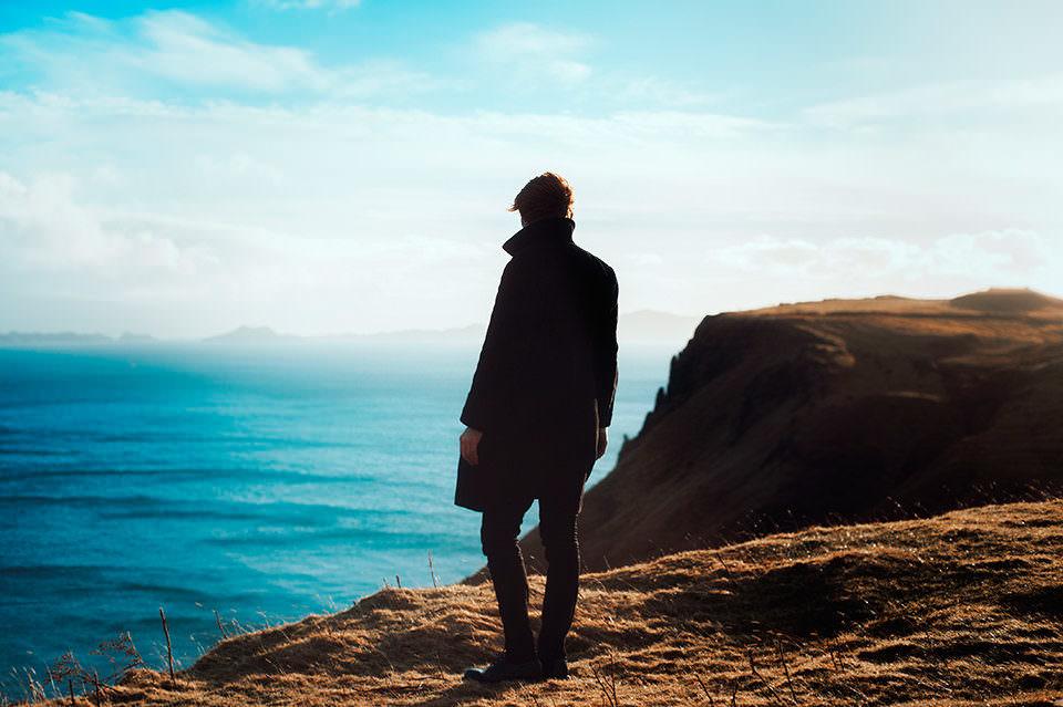 Ein Mann sieht aufs Meer