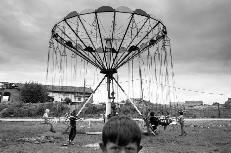 Kinder spielen mit einem Karussell